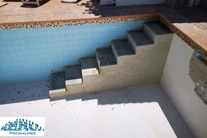 Building steps into a pool, Fuengirola