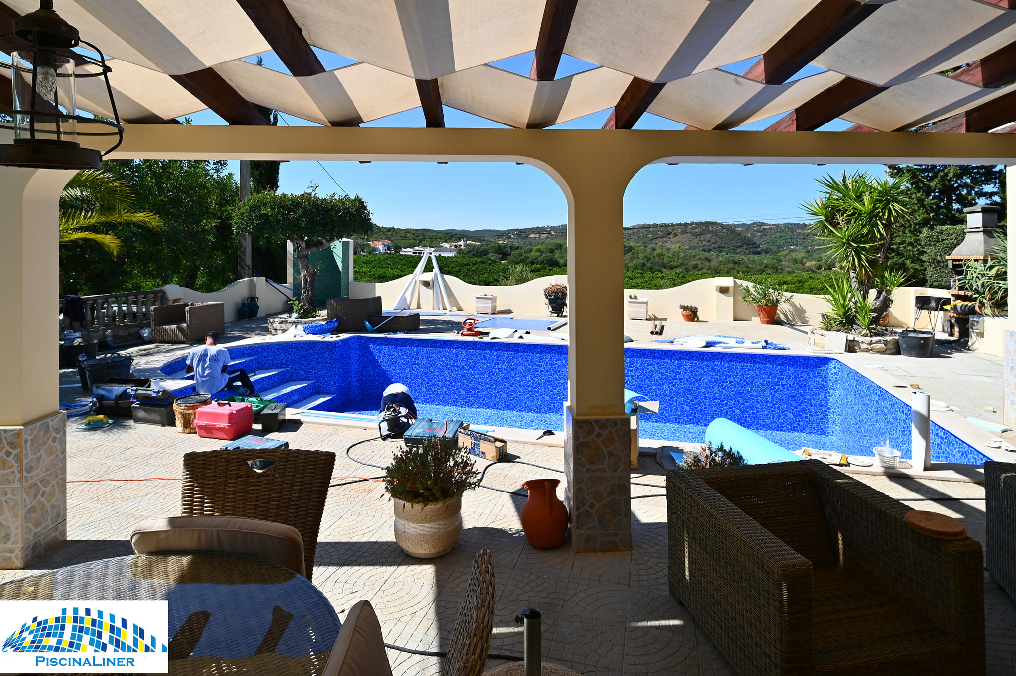 Renovating a liner swimming pool