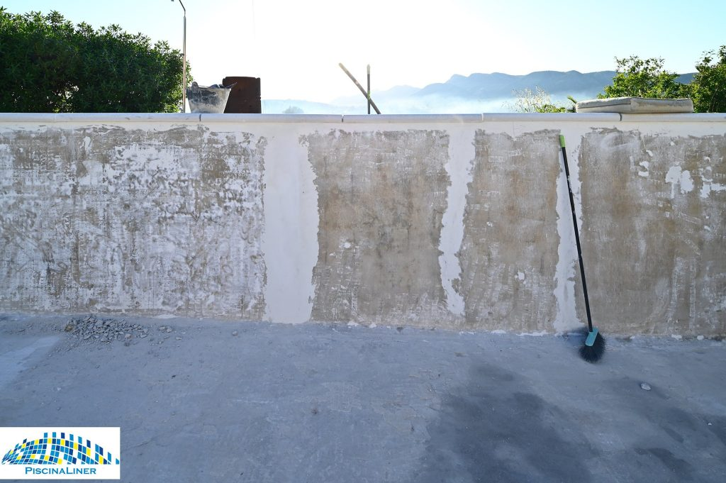 Repairing cracked swimming pool, Cartama