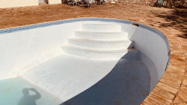 Renovation of painted pool, Algarve